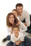 La famiglia huddled insieme Fotografia Stock Libera da Diritti