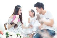 La famiglia, il bambino ed il concetto domestico - genitori sorridenti e poco Fotografie Stock Libere da Diritti