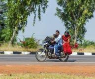 La famiglia indiana sta guidando su un motorino Fotografie Stock Libere da Diritti