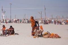 La famiglia indiana vende le noci di cocco & i fiori Fotografia Stock Libera da Diritti