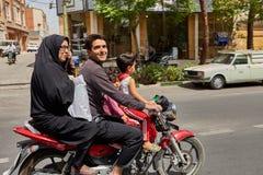 La famiglia iraniana guida un motociclo sulla strada affollata, Kashan, Iran Immagine Stock Libera da Diritti