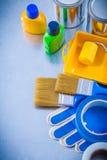 La famiglia lega il rullo con un nastro dei pennelli dei guanti della sicurezza Fotografie Stock Libere da Diritti