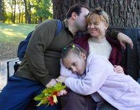La famiglia - madre, padre e figlia - sta riposando all'aperto fotografia stock libera da diritti