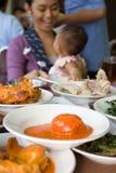 La famiglia mangia ad un ristorante Fotografia Stock Libera da Diritti
