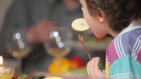La famiglia mangia alla tavola di festa stock footage