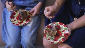 La famiglia mangia il dolce dai piattini
