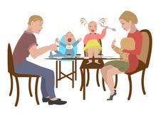 La famiglia mangia in un ristorante Immagini Stock Libere da Diritti
