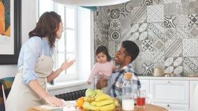 la famiglia Multi-etnica nella cucina, mamma produce la pasta video d archivio