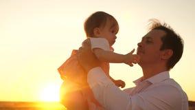 La famiglia, papà bacia poca figlia in parco Concetto dell'infanzia felice padre con piccolo gioco da bambini nei raggi della a stock footage