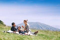 La famiglia passa il tempo sulla natura nelle montagne Immagini Stock Libere da Diritti