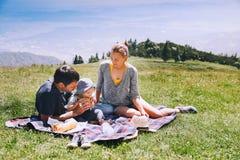 La famiglia passa il tempo sulla natura nelle montagne Fotografia Stock Libera da Diritti