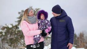 La famiglia passa insieme il tempo nell'inverno video d archivio