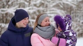 La famiglia passa insieme il tempo nell'inverno archivi video
