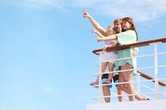 La famiglia riposa sull'yacht ed indica interessante Fotografie Stock