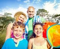 La famiglia scherza il concetto allegro dell'estate del parco dei genitori Fotografie Stock