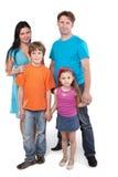 La famiglia si leva in piedi insieme tenente le mani Fotografia Stock Libera da Diritti