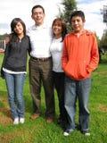 La famiglia si leva in piedi su erba Immagini Stock Libere da Diritti