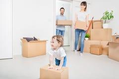 La famiglia si muove verso un nuovo appartamento fotografie stock