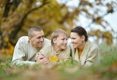 La famiglia si rilassa nel parco di autunno Fotografie Stock Libere da Diritti