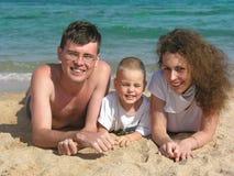 La famiglia si trova sulla spiaggia 2 immagini stock