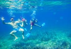 La famiglia si tuffa nel mare nelle maschere Fotografie Stock Libere da Diritti