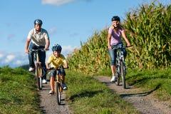 La famiglia sta ciclando in estate Fotografia Stock