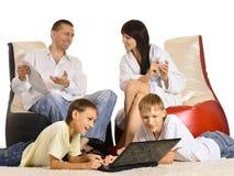 La famiglia sta riposando insieme Immagini Stock Libere da Diritti