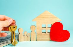 La famiglia sta vicino alla casa Alloggiamento acquistabile Concetto 6 del bene immobile Comprando e vendendo le case Appartament immagine stock libera da diritti