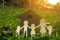 La famiglia tiene i soldi per i bambini futuri Immagini Stock Libere da Diritti