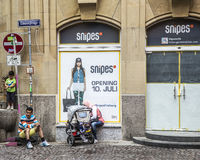 La famiglia turca riposa all'entrata di vecchia casa a Friburgo Fotografia Stock