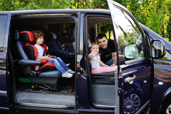 La famiglia va in viaggio in furgoncino Immagini Stock Libere da Diritti