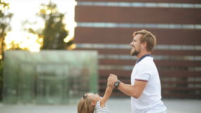 La familia activa pasa el tiempo junto durante puesta del sol en la ciudad Padre fuerte y sano Swirls His Daughter alrededor metrajes