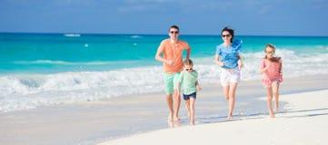 La familia adorable feliz se divierte mucho el vacaciones de la playa Fotos de archivo libres de regalías