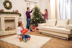 La familia adornó el árbol de navidad Imagen de archivo