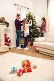 La familia adornó el árbol de navidad Imagenes de archivo