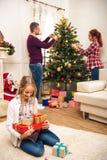 La familia adornó el árbol de navidad Imagen de archivo libre de regalías