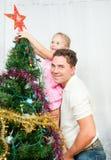 La familia adornó el árbol de navidad Foto de archivo