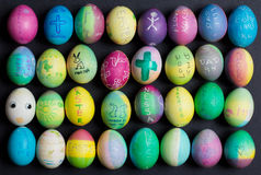 La familia adornó los huevos de Pascua Fotos de archivo libres de regalías