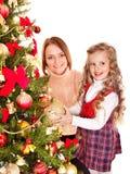 La familia adorna el árbol de navidad. Fotos de archivo libres de regalías