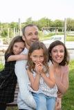 la familia al aire libre engendra la madre y a dos hijas en fondo verde de la naturaleza fotos de archivo libres de regalías