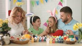 La familia alegre engaña alrededor mientras que estando con objeto de la Pascua metrajes