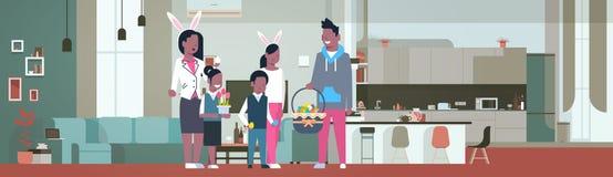 La familia americana de Frican celebra el desgaste feliz Bunny Ears In Living Room del día de fiesta de Pascua en casa stock de ilustración