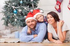 La familia amistosa alegre está celebrando Año Nuevo Imagen de archivo
