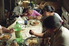 La familia argentina con solamente las mujeres está comiendo en los tugurios Fotografía de archivo