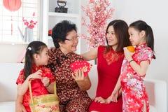 La familia asiática celebra Año Nuevo chino en casa. Imagen de archivo libre de regalías