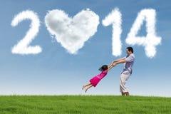 La familia asiática celebra Año Nuevo en el parque Imagenes de archivo