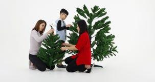 La familia asiática hizo el árbol de navidad metrajes