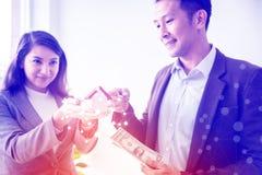 La familia asiática joven del amor de los pares de la felicidad que habla de la compra de la casa y el dueño casero discuten la fotos de archivo