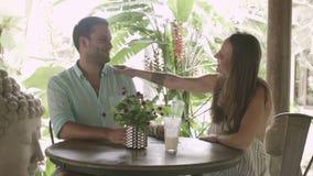 La familia bebe los batidos de leche en las vacaciones en el café metrajes