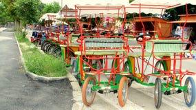 La familia bikes para alquilar en el Sud de Eforie, Rumania Foto de archivo libre de regalías